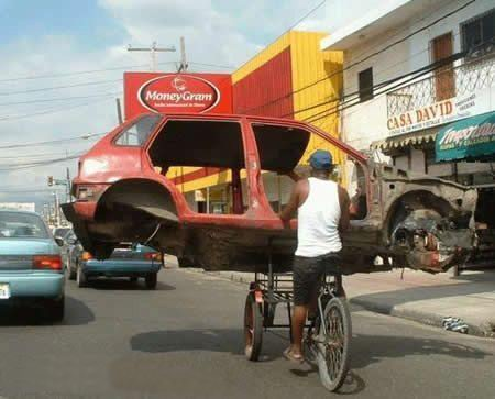 Mobil di atas Becak
